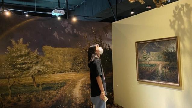 展場運用樹枝呈現樹林間陽光灑落的感覺
