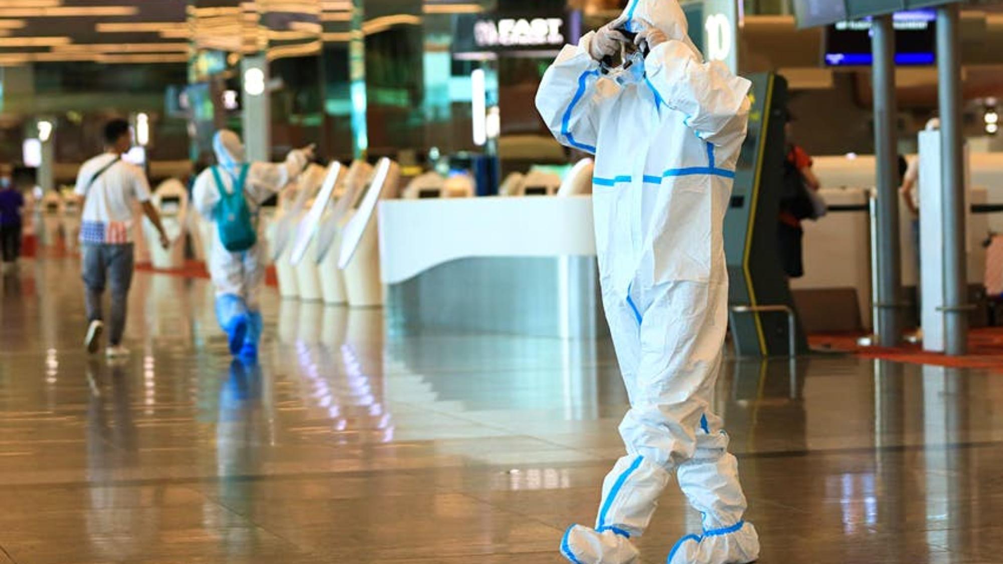 出入境檢查後,旅客將獲得電子監控設備©Suhaimi Abdullah / Getty Images