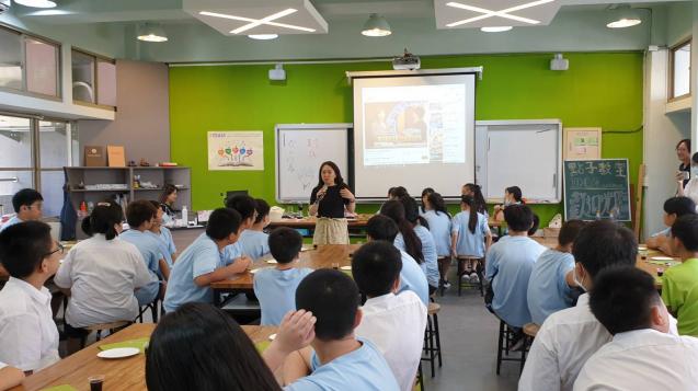 藝術家正在為同學解說生物藝術的課程