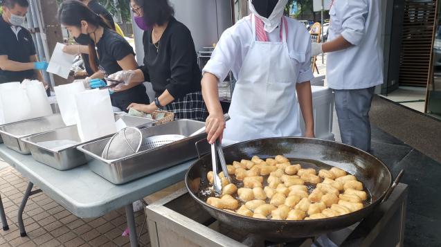 ▲受新冠疫情影響,泰國航空(Thai Airways)財務狀況加速惡化,對此,泰航積極開拓新財路,在路邊擺攤開賣早餐油條。(圖/翻攝自Sukanya Patcharakonkamon臉書)