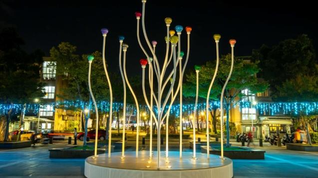 「微萌之森—樂享生活,和你一起」,以植物蕊包作為創作靈感,上方的彩色風洞球隨風轉動,展現大自然生生不息的力量