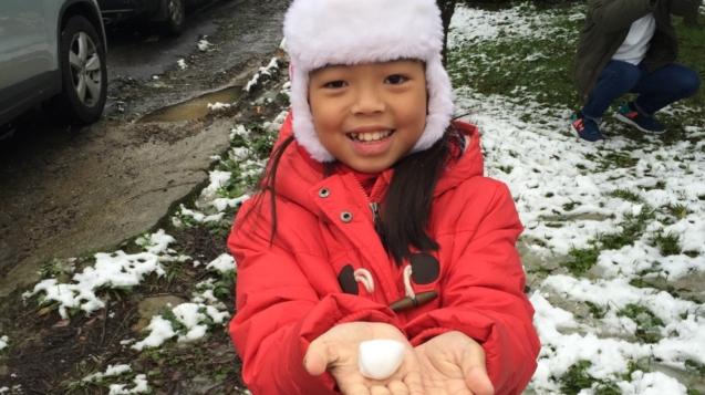 小朋友開心玩雪